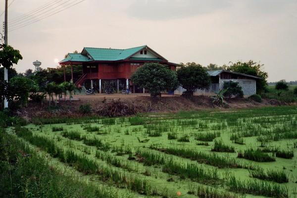 Sonnenuntergang und traditionelles Thai-Haus