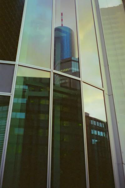 Frankfurter Hochhäuser spiegeln sich in der Abenddämmerung - 1999